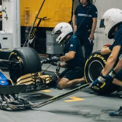 Pit crew changing tyres